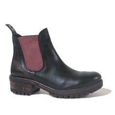 Bueno est une nouvelle compagnie chez Tony Pappas. De cette compagnie, nous avons ce bottillon qui propose une Chelsea boot réinventée aux détails rouge vif!