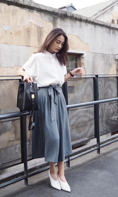 26 Midi Skirt Outfit Ideas for Spring - Skirts-Things to wear Vintage Outfits, Classy Outfits, Casual Outfits, Vintage Fashion, Vintage Pants, Classy Casual, Square Pants Outfit Casual, Casual Pants, Square Pants Ootd