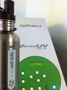 Roland Versa UV LEF-12, la primera impresora digital eco solvente que imprime en 3D y prácticamente sobre cualquier sustrato, para impresiones de calidad fotorrealista, rápido y fácilmente, para piezas que antes sólo podían hacerse por serigrafía en mayor volúmenes y a costos mucho más elevados.