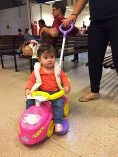 Anna Beatriz chegou ao Poupatempo Tatuí dirigindo seu carrinho rosa que toca música, mas não foi para tirar a CNH ainda. Acompanhada pela mãe e pela avó, ela foi atendida pela colaboradora Aline para o 1º RG.