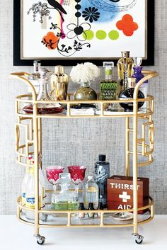 Must-Have Bar Cart Items For Your Holiday Party deco inspired gold bar - what could be more luxe.deco inspired gold bar - what could be more luxe. Diy Bar Cart, Gold Bar Cart, Bar Cart Styling, Bar Cart Decor, Happy Hour, Bar Deco, Juke Box, Bar Trolley, Drinks Trolley