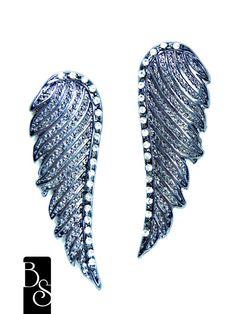 Brinco de asas em banho grafite, com strass crystal. Bijuteria. Mede 5 cm  de altura 1,5 cm de largura R$35,00