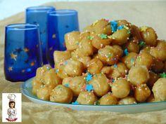 Gli struffoli sono un dolce tipico napoletano che si prepara per natale,ma in alcune regioni anche per carnevale...imbevuti di miele e decorati con diavole