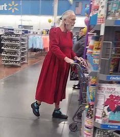 Walmart stores are the best fun providers in the world. Here is the reason how people of Walmart entertain you and make your day. Take a look at these 24 weird people of Walmart that are on another level. Weird People At Walmart, People Of Walmart Pictures, Walmart Funny, Go To Walmart, Only At Walmart, Walmart Pics, Wierd Pictures, Bizarre Pictures, Funny Photos