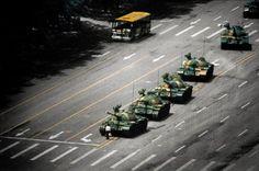 """Também conhecido como o """"Rebelde Desconhecido"""", esta foi a alcunha que foi atribuido a um jovem anônimo que se tornou internacionalmente famoso ao ser gravado e fotografado em pé em frente a uma linha de vários tanques durante a revolta da Praça de Tiananmen de 1989 na República Popular Chinesa. A foto foi tirada por Jeff Widener"""