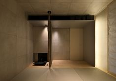 atelier KUU places sloping roof canopies on T house in japan Washitsu, Living Room Decor, Living Spaces, Tatami Room, Japanese Modern, Display Design, Canopy, Restaurant, Interior Design