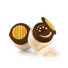 Polvere da bagno Deterge delicatamente e si prende cura della pelle. Crea una schiuma delicata che avvolge il corpo in una fragranza floreale e svolge un'azione rilassante.  L'estratto di ambra neutralizza con efficacia i radicali liberi, aiutando la pelle a mantenere il suo aspetto giovanile più a lungo, mentre gli estratti di miele e di latte di capra garantiscono un'idratazione ottimale. Per la cura quotidiana. Non richiede risciacquo. #FMGROUP  #bodycare #bathpowder
