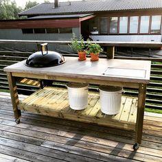Instagram media matgust - Grillbord med betongskiva - check! Det gjorde vi bra Andreas Björling Outdoor Tables, Outdoor Spaces, Outdoor Living, Outdoor Decor, Barbacoa, Big Green Egg Outdoor Kitchen, Grill Table, Farmhouse Garden, Deck