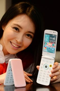 LG ice cream smart flip phone features a three-screen interface — I love physical keyboards too much!