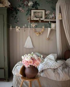 Add Beauty To Your Home (@sandbergwallpaper) • Foton och videoklipp på Instagram Bedroom Wallpaper, Inspirational Wallpapers, Wall Murals, Cosy, Curtains, Cool Stuff, Beauty, Instagram, Home Decor