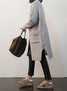 I need this long cardigan, especially if it has thumb holes - perfect for everyday chilly weather outfit Fashion Mode, Look Fashion, Womens Fashion, Fashion Blogs, Fall Fashion, Mode Outfits, Winter Outfits, Fashion Outfits, Mode Style