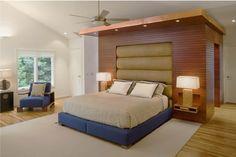 table de chevet suspendue en bois massif, lambris bois, parquet massif et tapis beige
