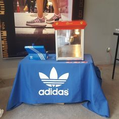 Rent a popcorn machine for your Montreal event with or without a server. All included rentals, easy service and quality ingredients make it easy for you to have popcorn and cotton candy at your event. Popcorn Maker, Corporate Events, Catering, Party, Catering Business, Corporate Events Decor, Gastronomia, Parties