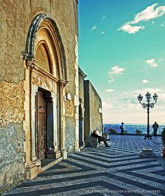 Taormina (Sicilia, Italia) This square overlooks the sea.
