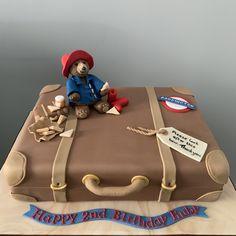 Paddington Bear on a suitcase cake Birthday Cale, Second Birthday Cakes, Birthday Brunch, Bear Birthday, Baby 1st Birthday, Travel Cake, Travel Party, Paddington Bear Party, Suitcase Cake