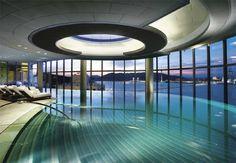 No Taipa Island Resort, em Macau, na China, a piscina interna tem paredes de vidro e parece estar ligada ao tanque externo que, por sua vez, dá a impressão de ser uma continuidade do oceano.