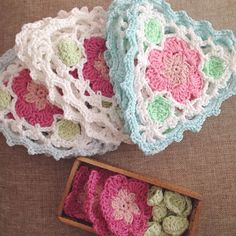 Free pattern & photo tutorial - Floral Bunting - DMC Natura cotton, wow, thanks so for sharing xox ☆ ★ https://uk.pinterest.com/peacefuldoves/