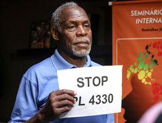 O ator norte-americano Danny Glover segura cartaz contra o projeto de lei 4330/04, que prevê a ampliação das regras para a contratação de empresas terceirizadas, durante Congresso da CNM (Confederação Nacional dos Metalúrgicos) da CUT (Central Única dos Trabalhadores), em Guarulhos, nesta terça-feira (14)