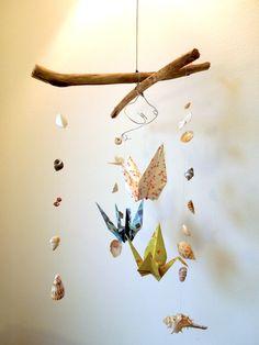 Mobile en bois flotté, coquillage et origami.