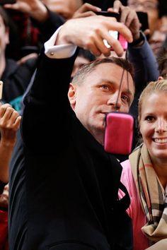 "Pin for Later: ""Sag' Cheese!"" Die besten Selfies der Stars Daniel Craig"