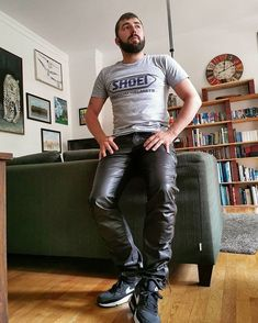 Leather Fashion, Mens Fashion, Latex Men, Leder Outfits, Leather Trousers, Casual Looks, Sexy Men, Menswear, Sporty