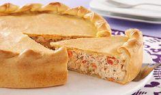 A Torta de Frango Cremoso vai arrancar elogios de seus convidados. A massa é leve e muito saborosa e o recheio tem frango refogado com um creme especial de