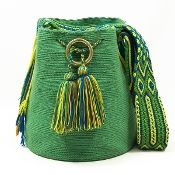 susuu Mochila-Wayuu  Color Verde Crochet Handbags, Crochet Purses, Crochet Hooks, Knit Crochet, Crochet Bags, Tapestry Crochet, Bucket Bag, Purses And Bags, Native American