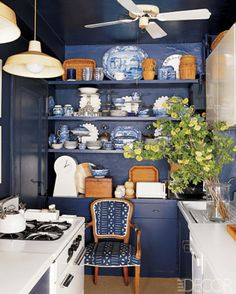 Small Kitchen but love it ~~~~~~~Design T. Keller Donovan / Photo William Waldron / From Elle Decor January 2006 / Blue And White China, Blue China, Navy Blue, Royal Blue, Deep Blue, Blue Brown, Home Interior, Interior Design, Kitchen Interior