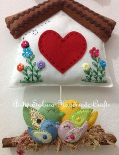 Enfeite de porta de entrada casal de passarinhos e filhotes Bunny Crafts, Xmas Crafts, Felt Crafts, Quick Crafts, Diy And Crafts, Arts And Crafts, Felt Ornaments, Christmas Ornaments, Felt Pouch