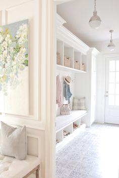 Minimalist Mudroom Entryway Decor Ideas 10 – Home Design Home, Foyer Decorating, House Design, Living Room Designs, Mudroom Design, Mudroom Laundry Room, Interior Design, House Interior, White Decor