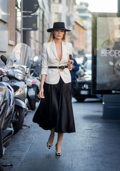 Check out the best street style looks at Milan Fashion Week Spring gallery features attendees killing it in red boots, monochromatic looks, and more. Chic Outfits, Fashion Outfits, Womens Fashion, Fashion Tips, Fashion Trends, Milan Fashion, Blazer Outfits, 50 Fashion, Fashion Styles