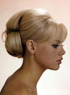 Coiffure mariage : A Slice of Cheesecake: More Britt Ekland 1950s Hairstyles, Holiday Hairstyles, Vintage Hairstyles, Hairstyles With Bangs, Trendy Hairstyles, Wedding Hairstyles, Updo Hairstyle, Bouffant Hairstyles, Beehive Hairstyle
