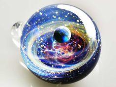 Satoshi Tomizu es un artista japonés que realiza verdaderas joyas cósmicas en pequeñas esferas de cristal.