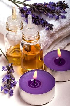 Lavender essential oil is one of the most commonly used essential oils in aromatherapy. While there are other essential oils such as eucalyptus and frankincense essential oil, lavender remains to be a tough choice when it comes to flowery scent. Lavender Cottage, Lavender Oil, Lavender Crafts, Lavender Garden, French Lavender, Lavender Fields, Deco Spa, Natural Remedies For Insomnia, Insomnia Remedies