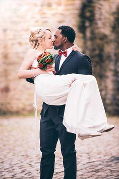 Ideen für Hochzeitsfotos: Die Braut hochheben und auf Händen tragen! (Fotograf: Dennis Markwart, Trier)
