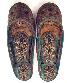 Pair of woman's slippers Kabul, 19th century. Bought in India by Caspar Purdon Clarke. Embroidered shagreen, metal heel.