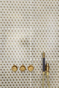(via gold tiles/bathroom fittings | Bathroom Bathing)
