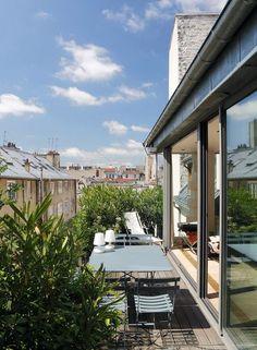 L'appartement sous les toits bénéficie d'une terrasse végétalisée agréable. Plus de photos sur Côté Maison http://petitlien.fr/7bfp