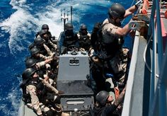 Steven McClendon climbs down the side of the guided-missile cruiser USS Chosin (CG onto a rigid-hull inflatable boat to conduct a visit, board, search and seizure exercise. Military Videos, Military Photos, Ticonderoga Class, Royal Australian Navy, Inflatable Boat, National Guard, Submarines, Coast Guard, View Image