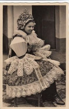 Moravské kroje, žena z Hluku Retro Pictures, Extraordinary People, Folk Embroidery, Period Outfit, Folk Costume, World Cultures, Czech Republic, Traditional Outfits, Textile Art