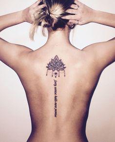 schönes Tattoo für Frauen, Lotus und Handschrift, Rücken Tätowierungen, die effektvoll wirken