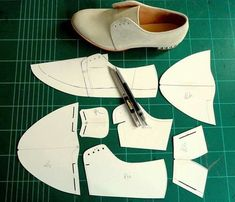 Super sewing clothes women patterns how to make Ideas Shoe Template, Doll Shoe Patterns, Diy Cadeau, Sewing Clothes Women, Shoe Crafts, Simple Shoes, How To Make Shoes, Leather Projects, Doll Shoes