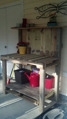 Potting Bench Ideas - Want to know how to build a potting bench? Our potting bench plan will give you a functional, beautiful garden potting bench in no time! Outdoor Potting Bench, Pallet Potting Bench, Potting Tables, Wicker Patio Furniture, Diy Pallet Furniture, Patio Chairs, Furniture Layout, Repurposed Furniture, Pallet Crafts