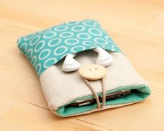 no tutorial on this page, but there is a similar one here http://www.bhg.com/crafts/sewing/accessories/diy-ipod-case/: