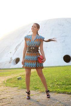 Look street style com vestido de tricot tipo maxi colete GIG, cinto largo Olympiah e sandália Delpozo com flores de verniz