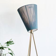 JUBILEUMSUTGAVE - Oslo Wood lampen feirer 10 år med å lansere to nye versjoner. Basen kommer nå i gull og glossy black. Ny skjerm i grønn farge.Oslo Wood gulvlampe eller Oslo lampen er en studiolampe med 3-bent stativ/understell. Den sprer lyset på samme måte som lyset i skogen rundt Oslo, derav navnet Oslolampen. Den har justerbar skjerm i sort eller beige stoff. Stativet/understellet leveres i sortlakkert stål eller børstet stål.Lampen gir et godt og behagelig lys. Oslo lampe...