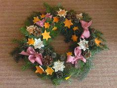 Adventní věnec - 3. třída - výzdoba z odpadového materiálu Floral Wreath, Wreaths, Home Decor, Floral Crown, Decoration Home, Door Wreaths, Room Decor, Deco Mesh Wreaths, Home Interior Design