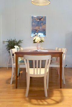 Super schöner großformatiger Esstisch oder Konferenztisch. Die Tischplatt ist abgeschliffen, in Teak gebeizt und seidenglänzend versiegelt, Gestell mit konisch zulaufenden Beinen ebenfalls in Teak...