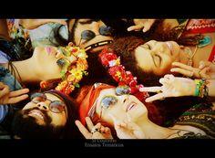 Os hippies aconteceram no Brasil com quase uma década de atraso do resto do mundo , por conta da ditadura que nos impedia de conectar com o estrangeiro. A contra cultura não sobreviveu mundo à fora , mas deixou o legado de que uma vida alternativa seria possível, que seria viável ao homem se prender menos a tantas regras ditadas por religião , sociedade e etc. Ser hippie nunca significou ser vagabundo ou arruaceiro , pelo contrario , significava viver e deixar viver. Esta é minha homenagem…