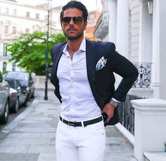 Calça branca com camisa clara e blazer mais escuro deixa o visual sofisticado.